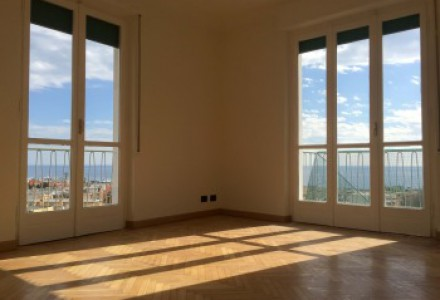 Penthouse apartment with wonderful sea views just steps from downtown